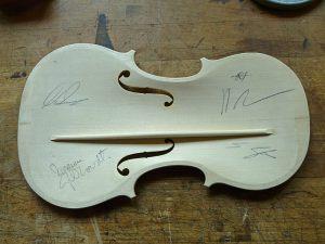 Die Geigendecke mit Signaturen